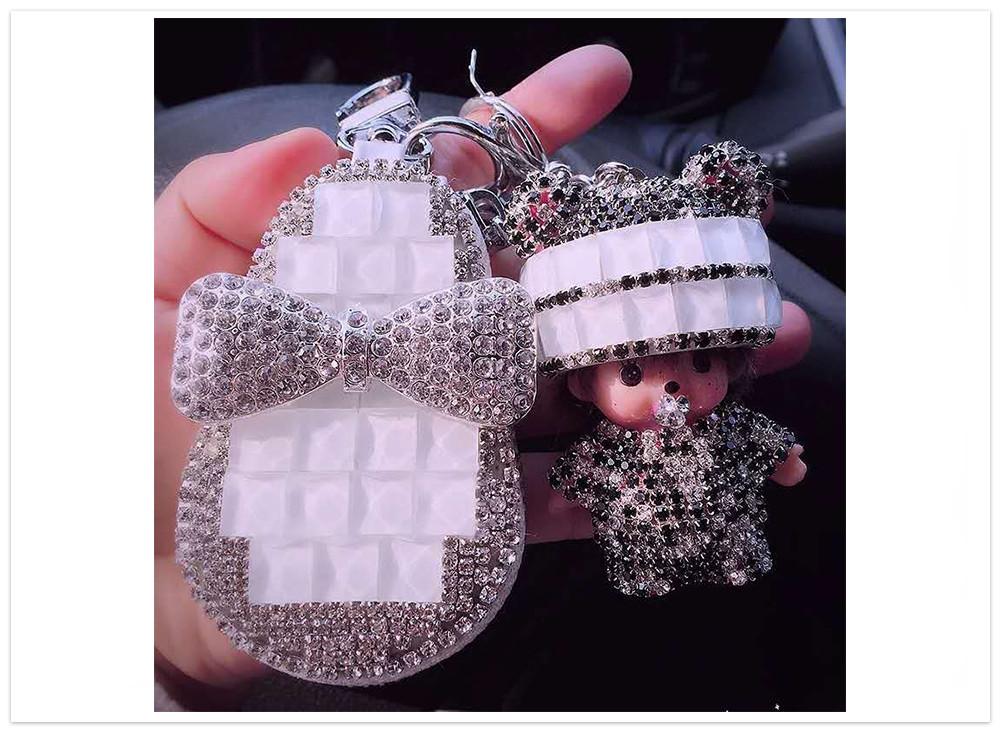 Puzdro na kľúče s bábikou biele